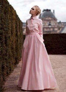 rochie roz cu mâneci lungi pe podea