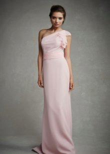 Rochie roz pe podea pe un umăr