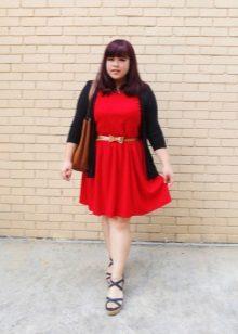 Vestit de punt vermell per a una noia plena amb cinturó daurat, jaqueta negra i bosanozhkami