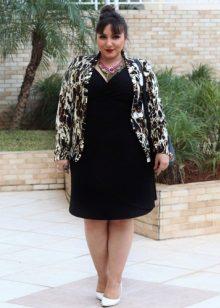 Vestit de punt negre per a una dona plena en combinació amb una jaqueta de color