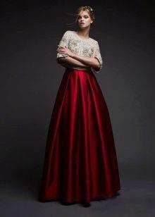 Vestido de cereja com bolero branco