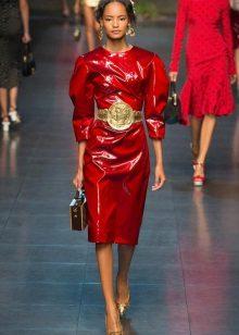 Vestido de cereja com brincos de ouro e cinto