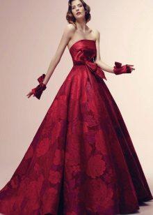 Vestido de cereja com flores cor de vinho