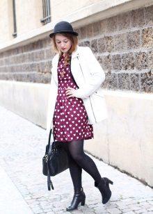 Vestido de cereja com um casaco branco