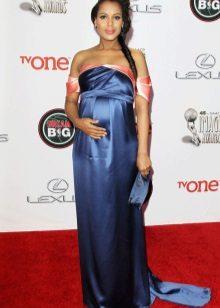 Lange zijden blauw met roze accenten jurk op de vloer voor zwangere vrouwen