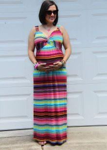 Kleur lange jurk op de grond in tinten voor zwangere vrouwen