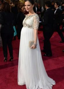 Lange witte jurk op de grond met een mouw aan de elleboog voor zwangere vrouwen