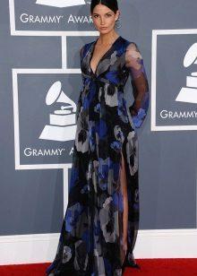 Een lange jurk met hoge taille en een bloemenprint en splitten aan de zijkanten voor zwangere vrouwen