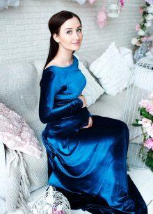 Blauwe jurk op de grond voor zwangere vrouwen