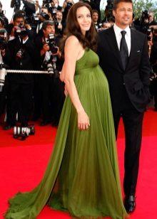 Zwangere Angelina Jolie in een lange jurk