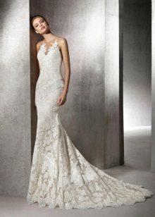 Klänningen är en mermaidbröllopspets