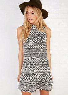 A fekete-fehér ruhát mintázattal ruházza át