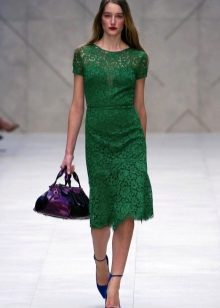 Green dress na may asul na bag