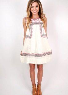 Pellava valkoinen mekko, jossa on kirjonta