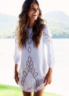 Valkoinen lyhyt mekko, jossa on rei'itys