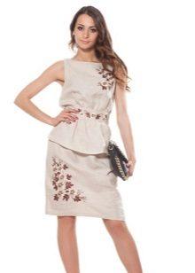 Liinavaatteiden mekko, jossa on kirjonta