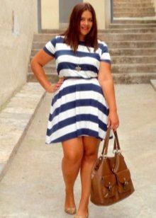Vestit de ratlles A-line amb una corretja per a dones obeses en combinació amb una bossa marró