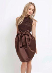 Vestido de balão combinado com um top de renda e saia de cetim