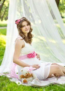 Fotosessie van een zwangere vrouw in de natuur