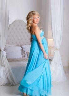 Blauwe jurk voor een zwangere fotoshoot