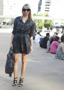 Shirt dress in combination with a voluminous bag