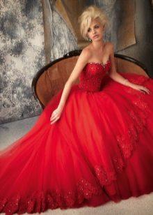 Vacker fluffig röd klänning med korsett