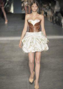 Modig kort klänning med korsett