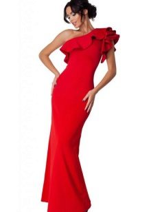 Gaun merah panjang dengan keriting pada satu bahu