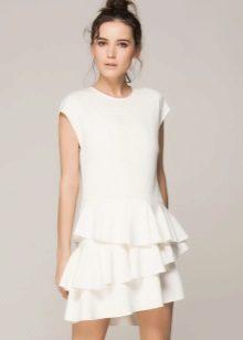 Gaun putih dengan selimut pada skirt