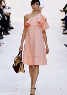 Lehké korálové šaty s volánkem na jednom rameni