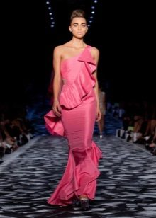 Růžové šaty s volánkem na jednom rameni
