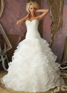 Gaun perkahwinan yang hebat dengan flounces