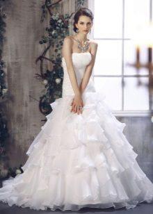 Gaun pengantin dengan pakaian