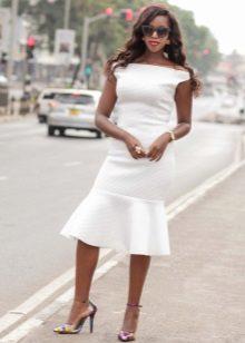 Gaun putih panjang sederhana dengan tempat tidur tambahan