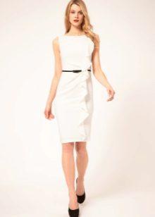 Gaun sarung yang ketat dengan mengepang menegak pada skirt