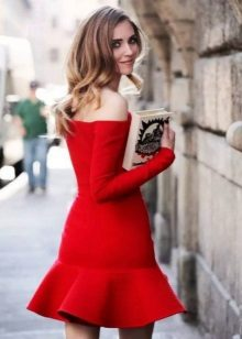 Gaun merah dengan terapung di bahagian bawah skirt