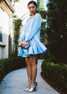 Hopeiset sandaalit paksulla kantapäällä siniselle mekolle, jossa on hohtaa helmassa