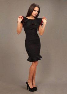 Gaun hitam dengan bahu bahu