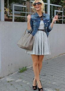 Denim jaket untuk berpakaian dengan skirt separuh
