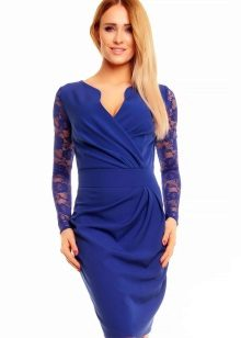 Blue wrap dress na may lace sleeves