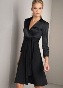 Black wrap dress na may mahabang manggas