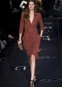 Brown midi dress na may amoy ng Diana Von Furstenberg