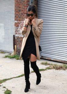 Demi-szezon ruha, szaggal és kabátkal és csizmával kombinálva