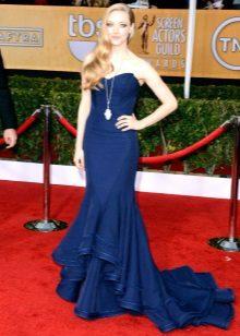 Mørk blå kjole med tog