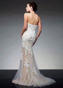 Vakker hvit kjole med tog