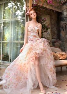 Fluffy kjole med et tog med floral print