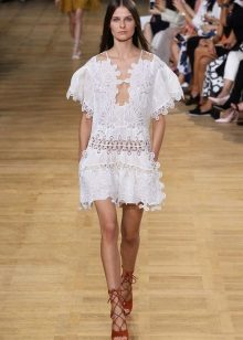 White dress-tunic with a first-rate on a fashion show