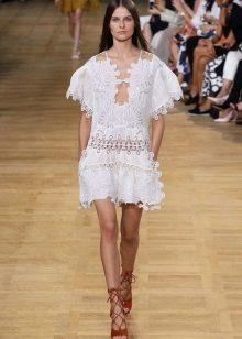 Vit klänning-tunika med förstklassig på en modeshow