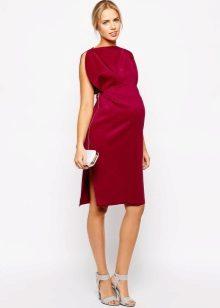 Червена рокля за бременно момиче