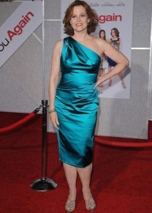 Obrácené trojúhelníkové šaty - Sigourney Weaver